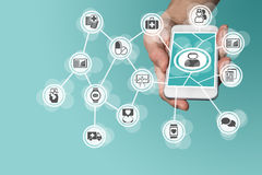 Digitaal en mobiel gezondheidszorgconcept die met hand slimme telefoon houden royalty-vrije stock afbeeldingen