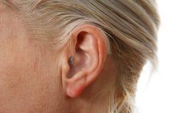 Digitaal gehoorapparaat in vrouwen` s oor stock foto