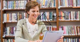 Digitaal geproduceerd beeld van geometrische structuur met vrouw die digitale tablet in bibliotheek gebruiken royalty-vrije stock foto's