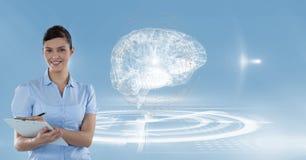 Digitaal geproduceerd beeld van het vrouwelijke arts schrijven op klembord met hersenen op achtergrond Stock Foto's