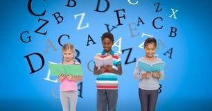 Digitaal geproduceerd beeld van kinderen die boeken met brieven houden die tegen blauwe achtergrond vliegen stock foto