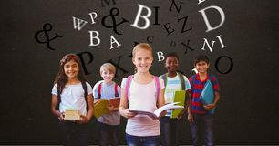 Digitaal geproduceerd beeld van kinderen die boeken met brieven houden die tegen bruine achtergrond vliegen royalty-vrije stock foto's