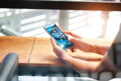 Digitaal marketing media concept Mens die mobiele smartphone met het netwerkverbinding van de pictogramklant gebruiken voor het a stock foto