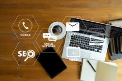 DIGITAAL OP DE MARKT BRENGEND nieuw startprojectmillennials Commercieel team Stock Foto
