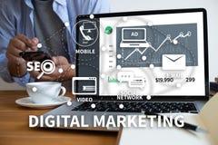 DIGITAAL OP DE MARKT BRENGEND nieuw startprojectmillennials Commercieel team Stock Afbeelding