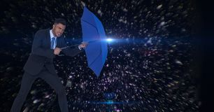 Digitaal samengesteld beeld dat van zakenman blauwe paraplu in het midden van asteroïden houdt Royalty-vrije Stock Foto