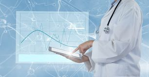 Digitaal samengesteld beeld van arts die tabletcomputer met interfacegrafiek met behulp van stock fotografie