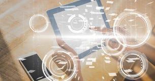 Digitaal samengesteld beeld van handen die digitale tablet gebruiken royalty-vrije illustratie
