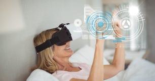 Digitaal samengesteld beeld van vrouw wat betreft het futuristische scherm terwijl thuis het gebruiken van VR-glazen stock illustratie