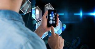Digitaal samengesteld beeld van zakenman die slimme telefoon met het virtuele scherm op achtergrond met behulp van stock foto