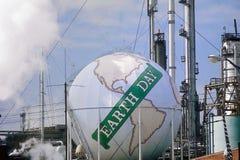 Digitaal veranderde die mening van een tank als bol met de woordenï ¿ ½ Aarde Dayï ¿ ½ bij een Unocal-olieraffinaderij wordt gesc stock afbeelding