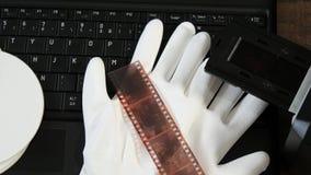 Digitaal weergevend oude 35mm film negatief met laptop stock video