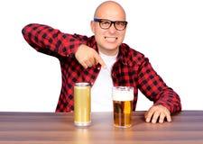 Digitación la cerveza imagenes de archivo