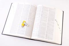 Digitahi contro documento (vista superiore del dizionario aperto) immagine stock