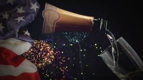 Digital-Animation des Champagners gießend in Glas gegen Feuerwerk stock footage