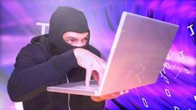 Digital animering av en hacker som använder bärbara datorn mot ljus purpurfärgad bakgrund stock video