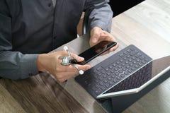 digital bästa sikt av den medicinska doktorn som arbetar med mobiltelefonen och Fotografering för Bildbyråer