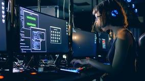 Digital-Betrüger, der einen Code, Seitenansicht knackt Cyber-Verbrechen und zerhacken Konzept stock footage