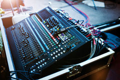 Digital blandande konsol Kontrollbord för solid blandare, closeup av au Royaltyfri Foto