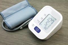 Digital-Blutdruck-Monitor, medizinisch und Untersuchung Stockfotos