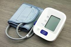 Digital-Blutdruck-Monitor-, medizinische und Untersuchungsgeräte Lizenzfreie Stockbilder