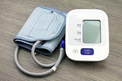 Digital-Blutdruck-Monitor-, medizinische und Untersuchungsgeräte Lizenzfreies Stockfoto