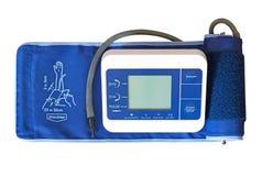 Digital-Blutdruck-Monitor mit Arm-Stulpe auf weißem Hintergrund Stockbild