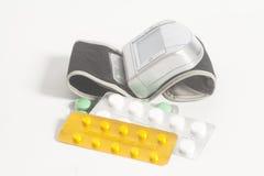 Digital-Blutdruck-Monitorende Tablets in den Blisterpackungen Stockfoto