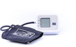 Digital-Blutdruckmonitor auf weißem Hintergrund stockfotos