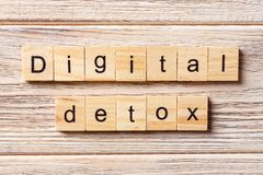 Digital-Detoxwort geschrieben auf hölzernen Block Digital-Detoxtext auf Tabelle, Konzept Stockbilder