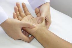 Digital-Druckhände, tiefe fixtion Massage Stockbilder