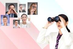 Digital erzeugtes Bild der Geschäftsfrau, die Ferngläser mit menschlicher Beschaffung im Hintergrund verwendet lizenzfreie stockbilder