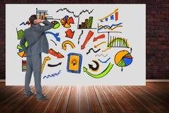 Digital erzeugtes Bild des Geschäftsmannes verschiedene Diagramme auf Anschlagtafel betrachtend gegen Backsteinmauer Lizenzfreie Stockfotos