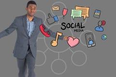 Digital erzeugtes Bild des Geschäftsmannes verschiedene Ikonen an gegen grauen Hintergrund bereitstehend Lizenzfreie Stockfotos