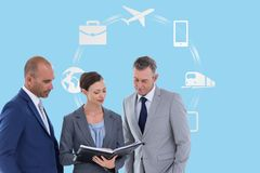 Digital erzeugtes Bild von den Geschäftsleuten, die mit verschiedenen Ikonen im Hintergrund sich besprechen Stockfotos