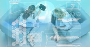 Digital erzeugtes Bild von verschiedenen Ikonen mit den Geschäftsleuten, die im Büro sich besprechen Lizenzfreie Stockfotografie