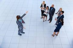 Digital för affärsmankläder exponeringsglas, lag för Businesspeople för sikt för bästa vinkel för affärsmanHold Hand Virtual verk Royaltyfri Foto