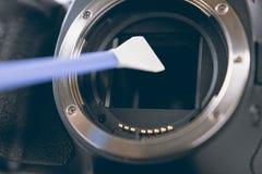 Digital fotokamera med lokalvårdhjälpmedel Rengörande smutsig kamera Royaltyfri Fotografi
