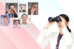 Digital frambragd bild av affärskvinnan som använder kikare med mänsklig resourcing i bakgrund royaltyfria bilder