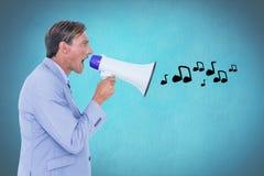 Digital frambragd bild av affärsmannen som ropar på megafonen som sänder ut musiksymboler Royaltyfri Fotografi