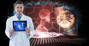Digital frambragd bild av den manliga doktorn som visar den digitala minnestavlan mot det mänskliga skelettet i bakgrund royaltyfri fotografi