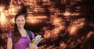 Digital frambragd bild av kvinnan med böcker som ser glödande matematiska likställande Royaltyfri Foto