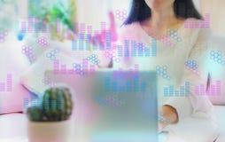 Digital grafer och sexhörningsraster med kvinnan som använder hennes bärbar dator fotografering för bildbyråer