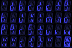 Digital-Guss von den kleinen Buchstaben auf blauer alphanumerischer LED-Anzeige Stockbild