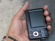 digital hand för kamera som rymmer bakre sikt Arkivfoton