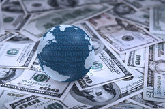 Digital jordjordklot på hög av pengar Fotografering för Bildbyråer