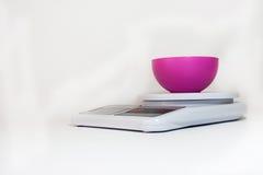 Digital-Küchenskala mit leerer Schüssel Lizenzfreie Stockfotos