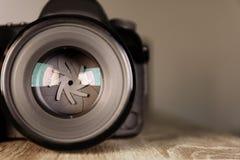 Digital kamera av den yrkesmässiga fotografen på tabellen arkivfoto