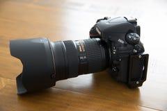 Digital kamera & Lens på träektabellen Arkivfoto