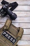 Digital kamera och skottsäker väst Royaltyfri Bild